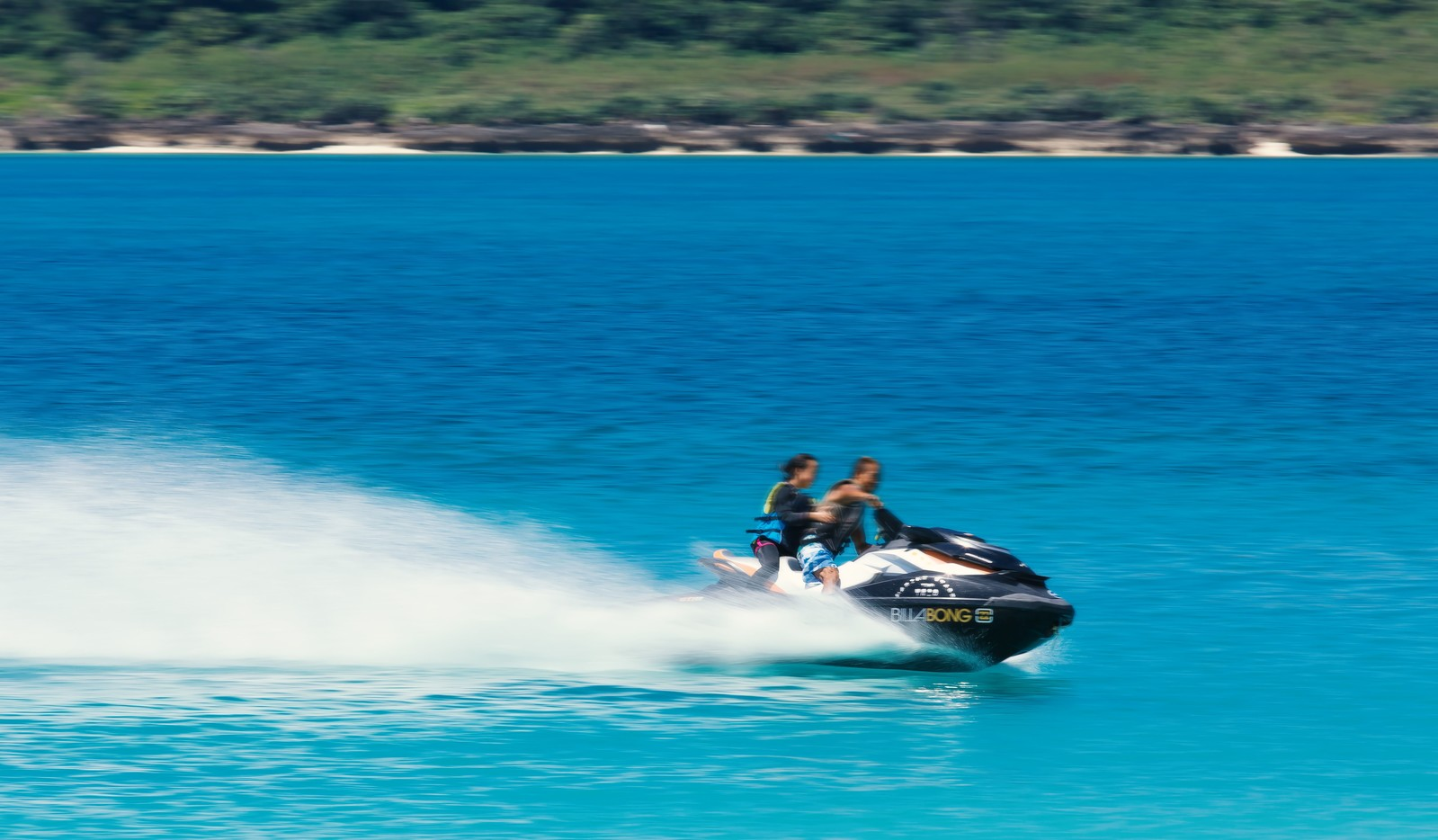 「観光客を乗せて爆走するジェットスキー」の写真