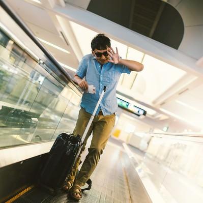 「空港で待ち受ける報道陣に塩対応をする著名人気取りの男性」の写真素材