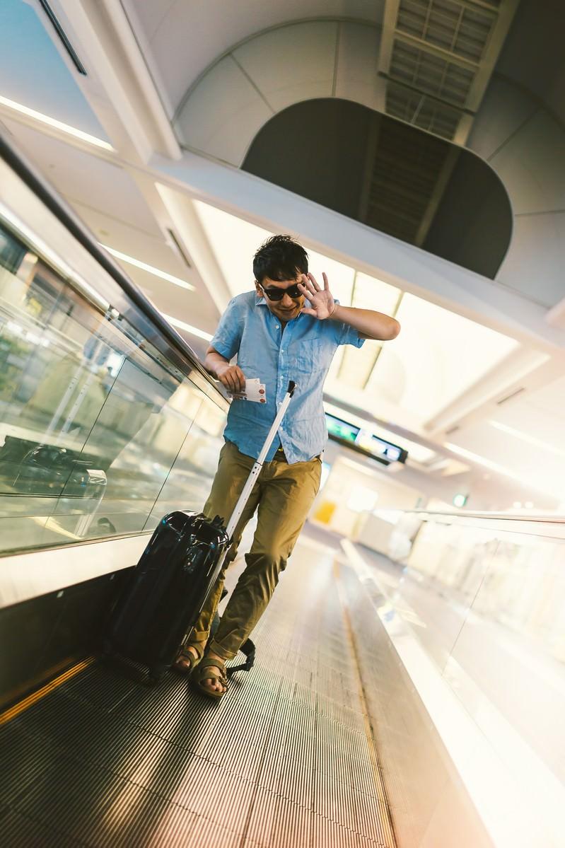 「空港で待ち受ける報道陣に塩対応をする著名人気取りの男性」の写真[モデル:大川竜弥]