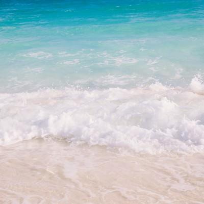 「エメラルドグリーンの波しぶき」の写真素材
