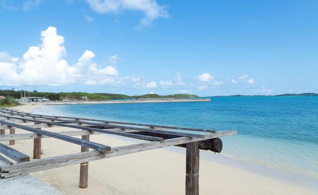 数十メートルは歩いて行ける遠浅の西の浜の写真
