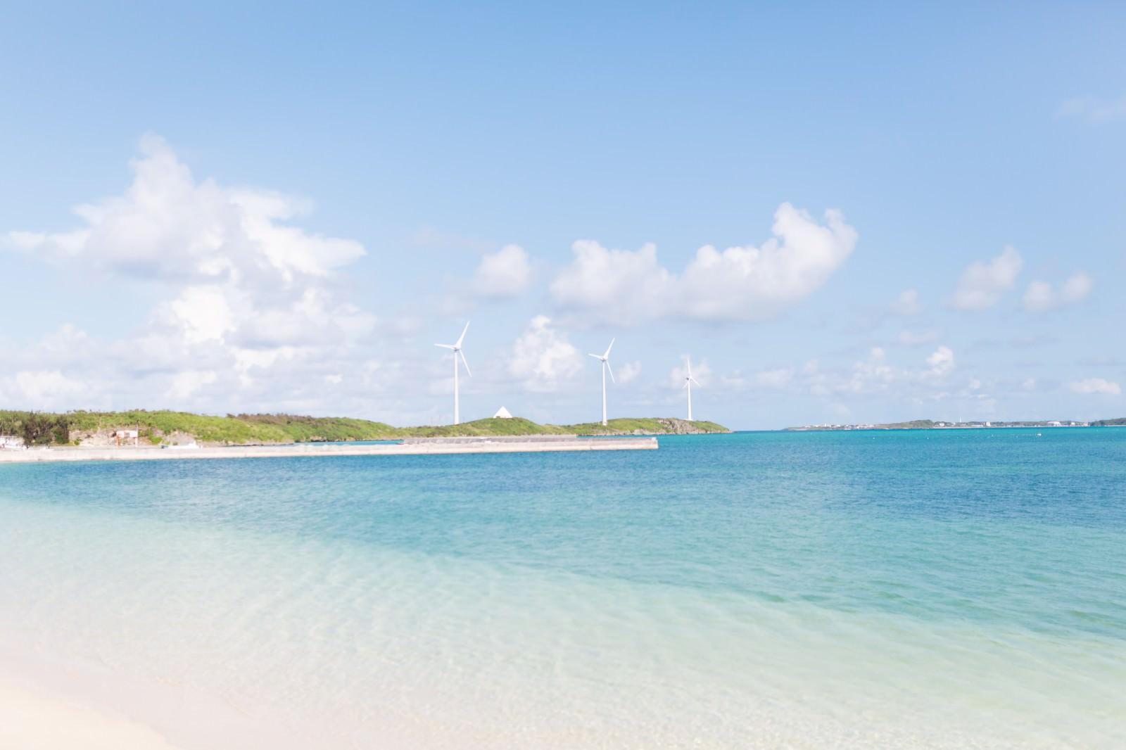 「西の浜から見える風力発電と海」の写真