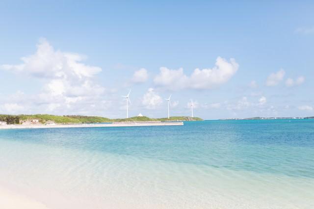 西の浜から見える風力発電と海の写真