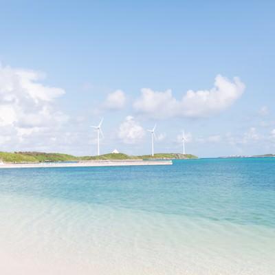 「西の浜から見える風力発電と海」の写真素材