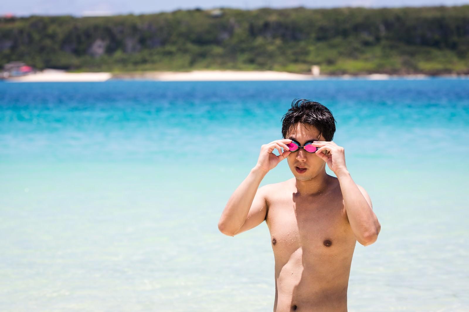 「度付きのゴーグルでビーチの水着ギャルを凝視する男性」の写真[モデル:大川竜弥]