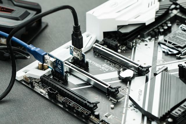 PCI Express x1 に ×16のライザーカードをさす(GPUマイニング)の写真