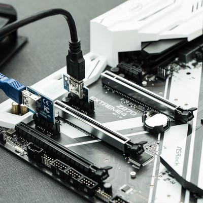 「PCI Express x1 に ×16のライザーカードをさす(GPUマイニング)」の写真素材