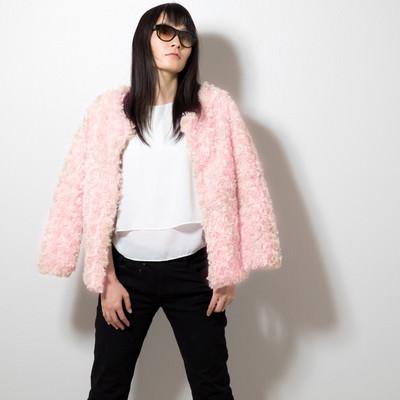 「ピンク色のプードルコートを着た女性」の写真素材