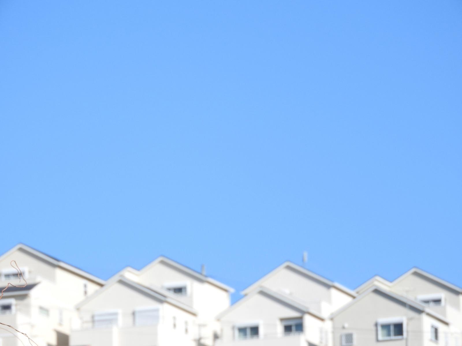 「青空と丘の住宅」の写真