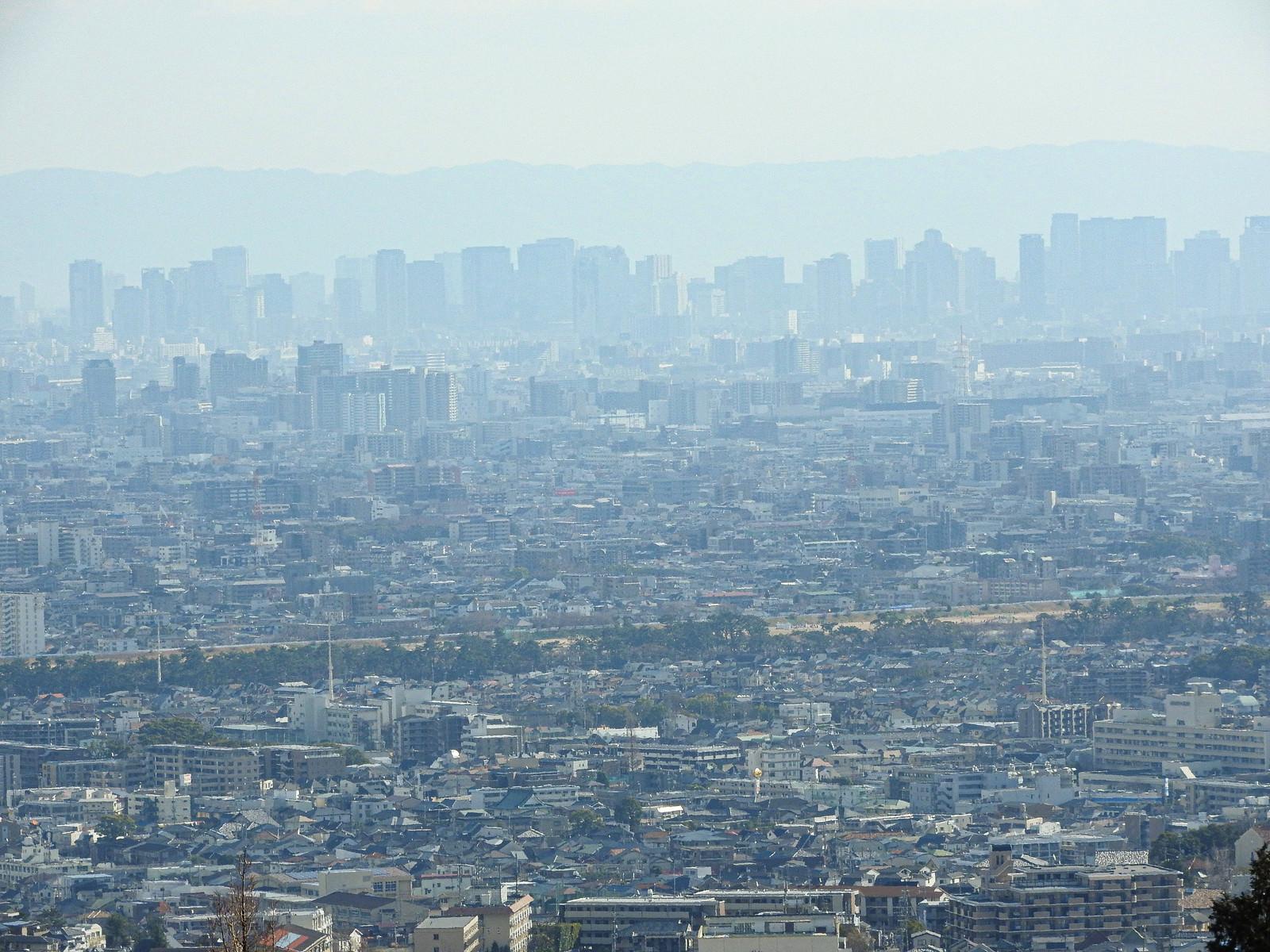 「霞がかる遠くの街並み」の写真