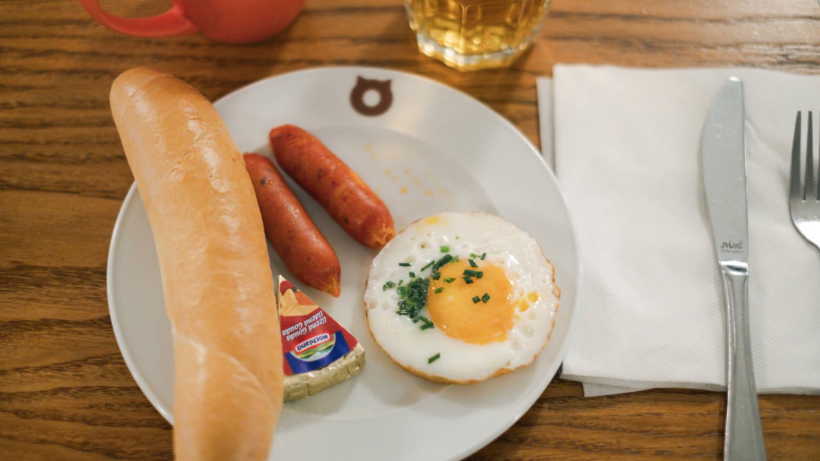「チェコで食べた朝食(目玉焼きとウィンナー)」の写真