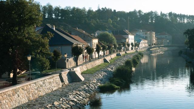 イフラヴァ川沿いの住宅街(チェコ・トルシェビーチ市)の写真