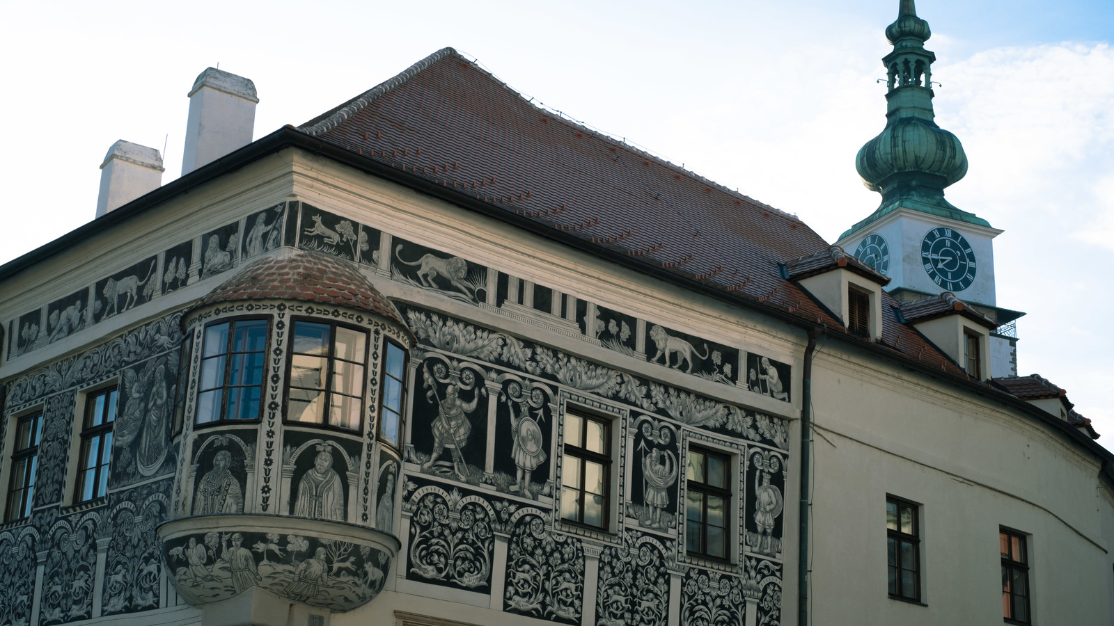 「壁に絵が描かれたペイントハウス(トルシェビーチ市)」の写真