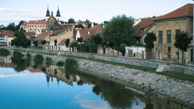 イフラヴァ川に反射するトルシェビーチ市の町並み(チェコ共和国)の写真