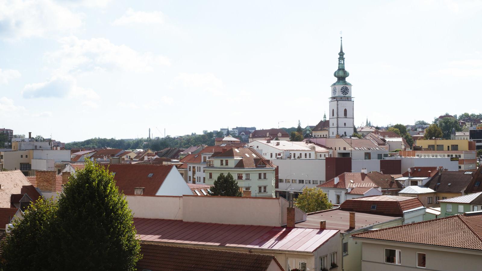 「赤茶色に統一されたトルシェビーチの屋根(チェコ共和国)」の写真