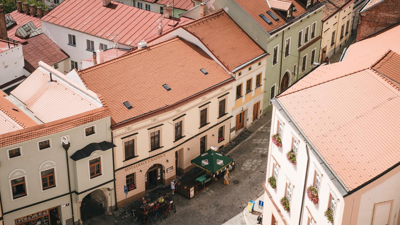 「ズノイモ市の通りにあるオープンカフェ(チェコ共和国)」の写真
