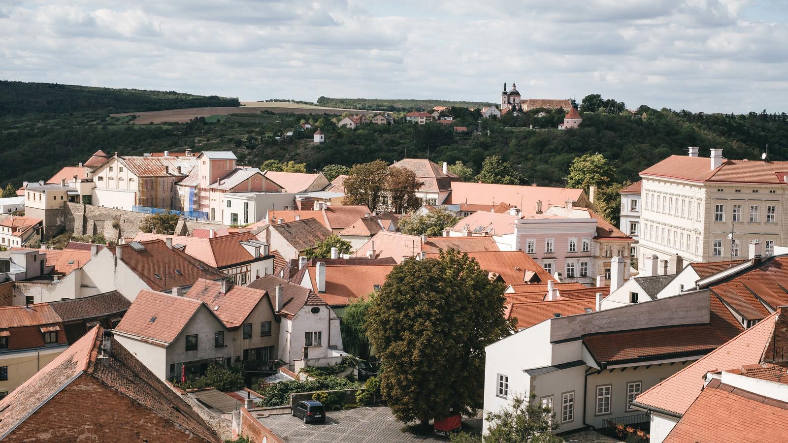 「小高い丘とズノイモ市の住宅街(チェコ共和国)」の写真