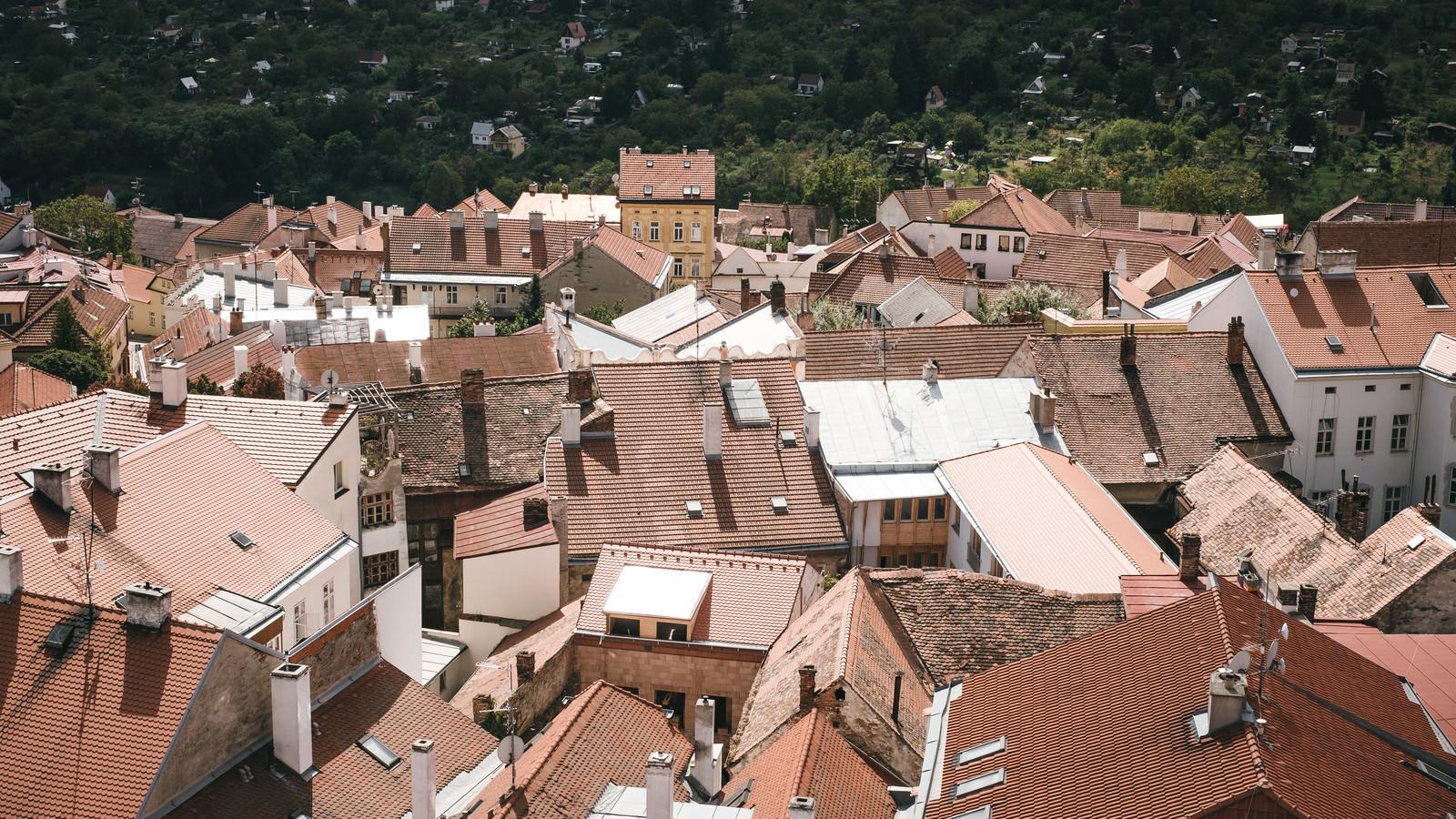 「ズノイモ市の緑と赤茶色の町並み(チェコ共和国)」の写真