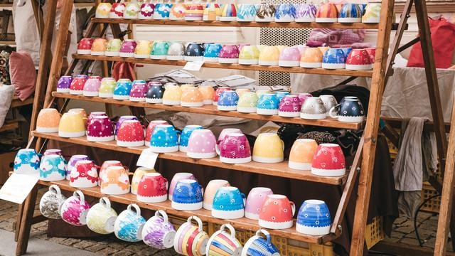 出店で売られるカラフルなカップ(ズノイモ市)の写真