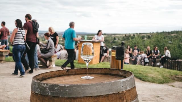 樽の上に置かれたワイングラス(ズノイモ市ワイン祭り)の写真