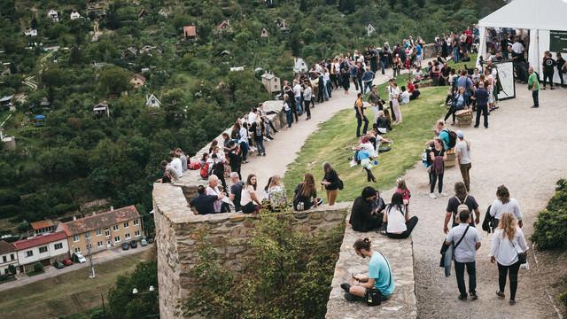 開催中のワイン祭りを楽しむ人々(チェコ・ズノイモ市)の写真