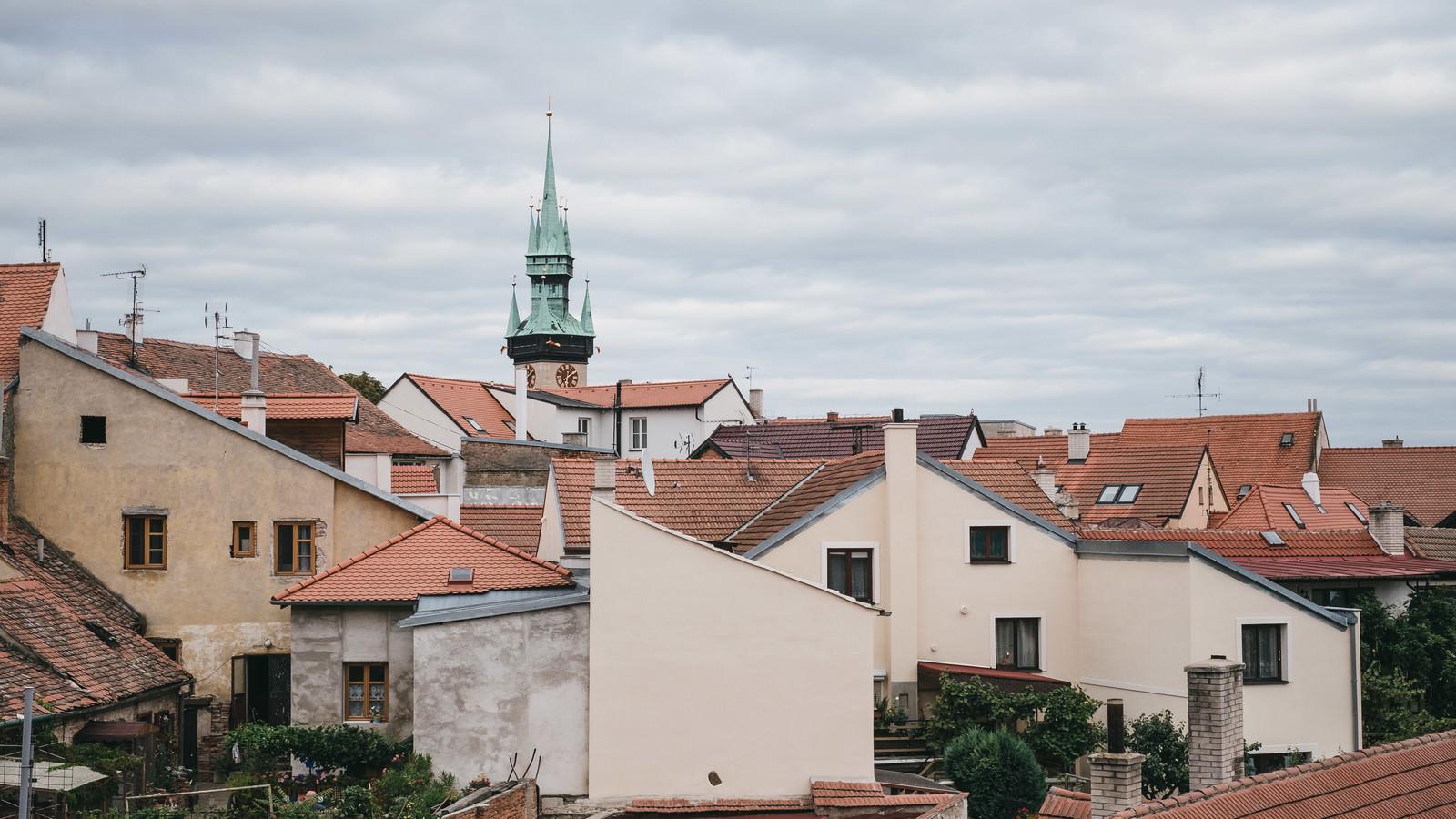 「住宅街の中にある時計台(チェコ・ズノイモ市)」の写真