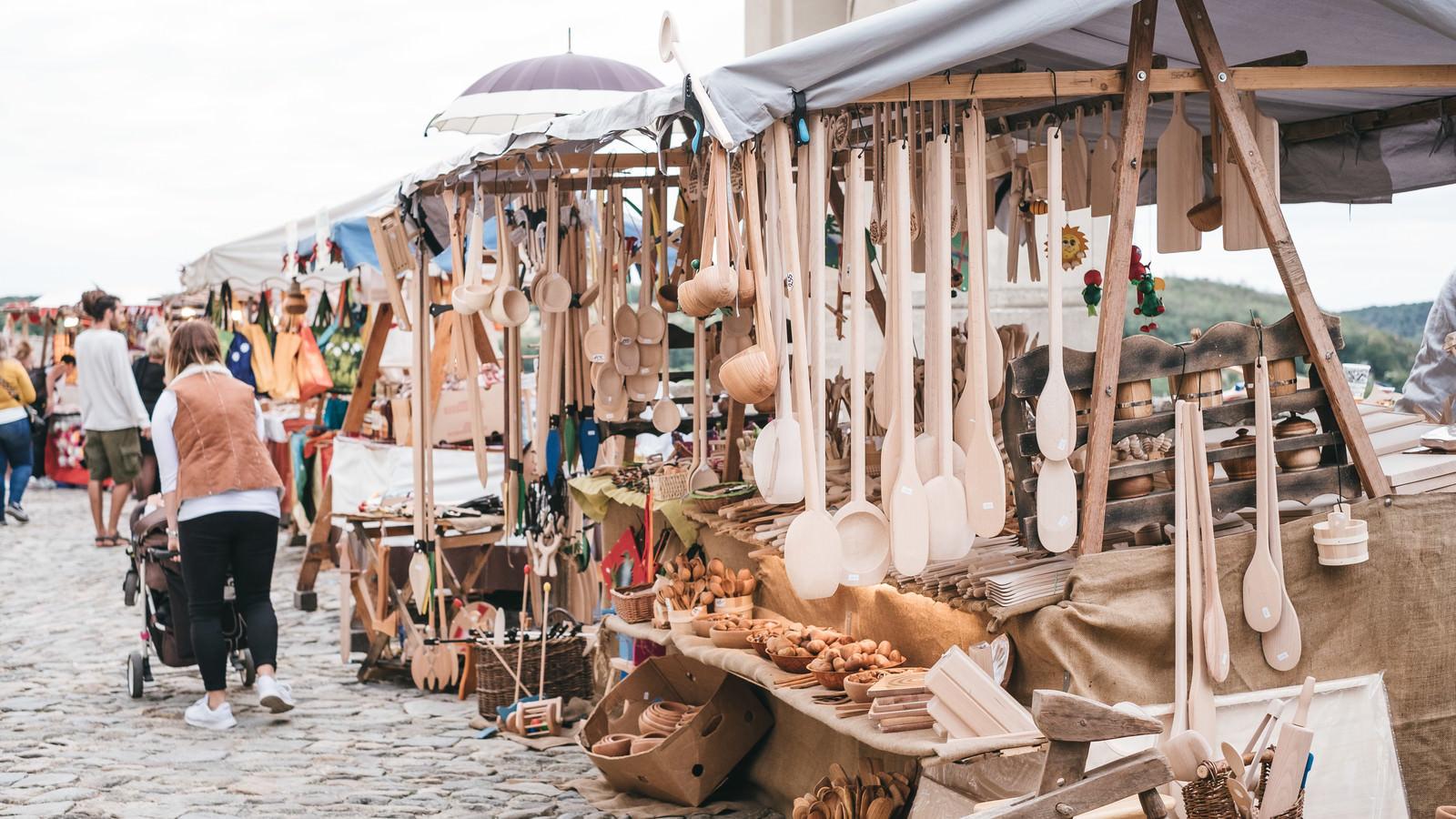 「野外市で売られる調理器具屋(ズノイモ市)」の写真