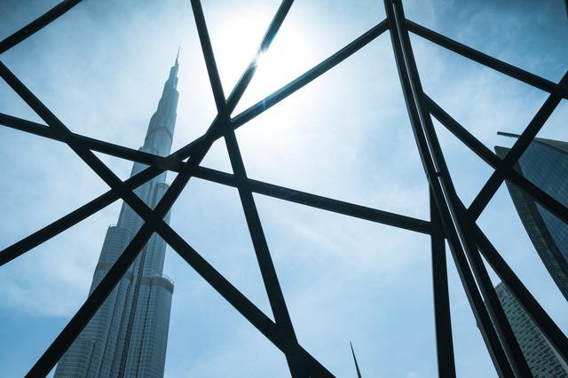 格子越しに見る超高層ビル(ドバイ)の写真