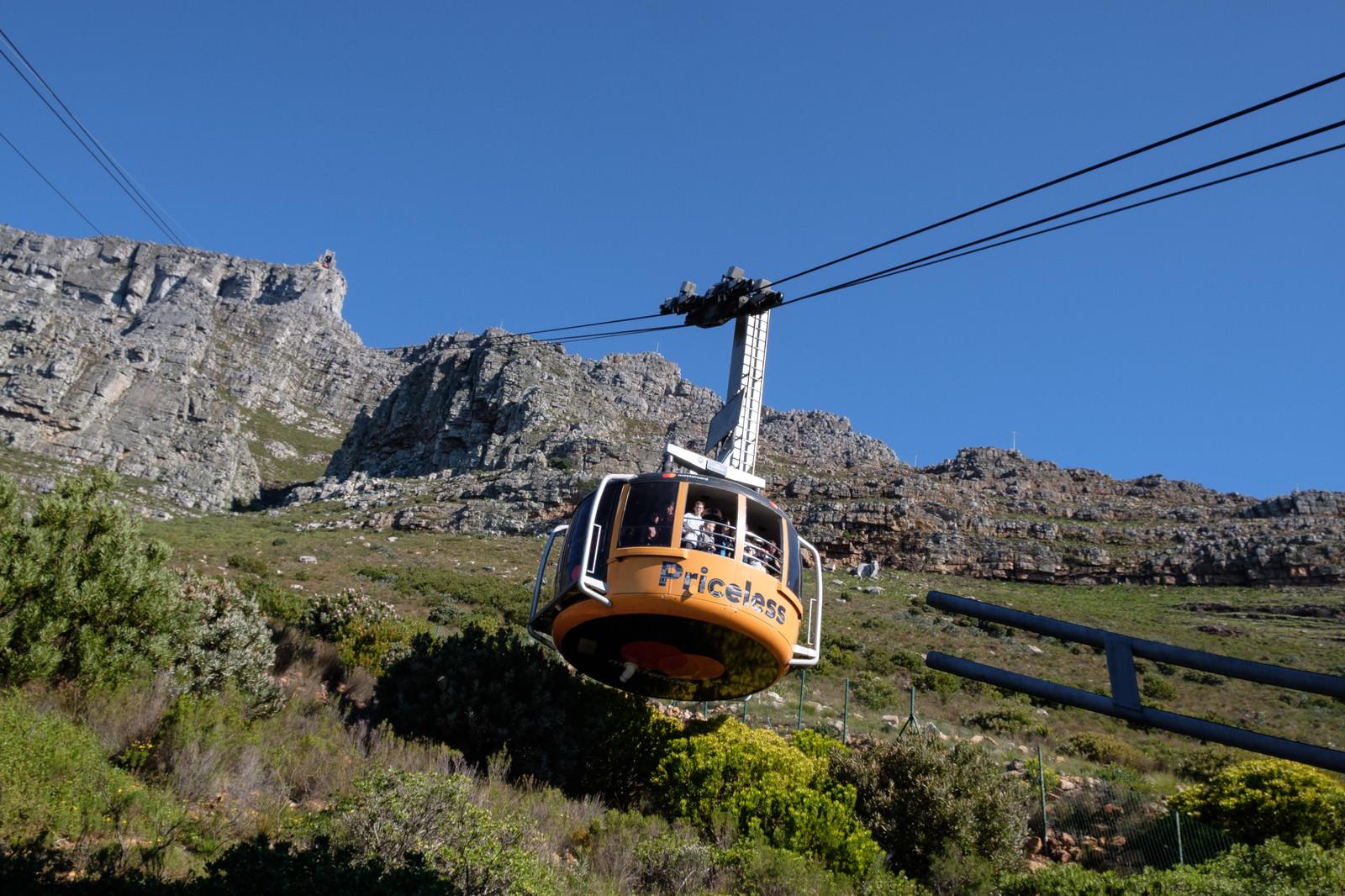 「テーブルマウンテンへと続くロープウェイ(南アフリカ)」の写真
