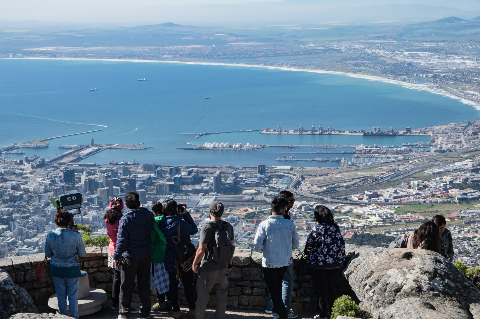 「テーブルマウンテン頂上から見たケープタウン市内の街並みと観光客(南アフリカ)」の写真