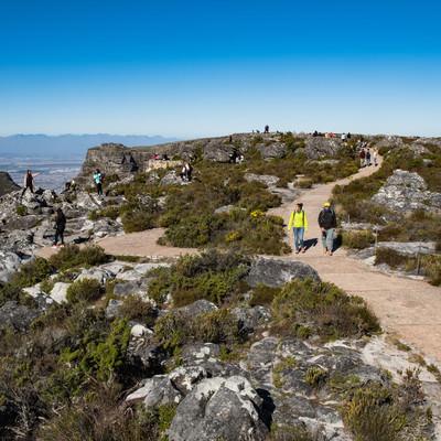 テーブルマウンテンの遊歩道を散策する観光客(南アフリカ)の写真
