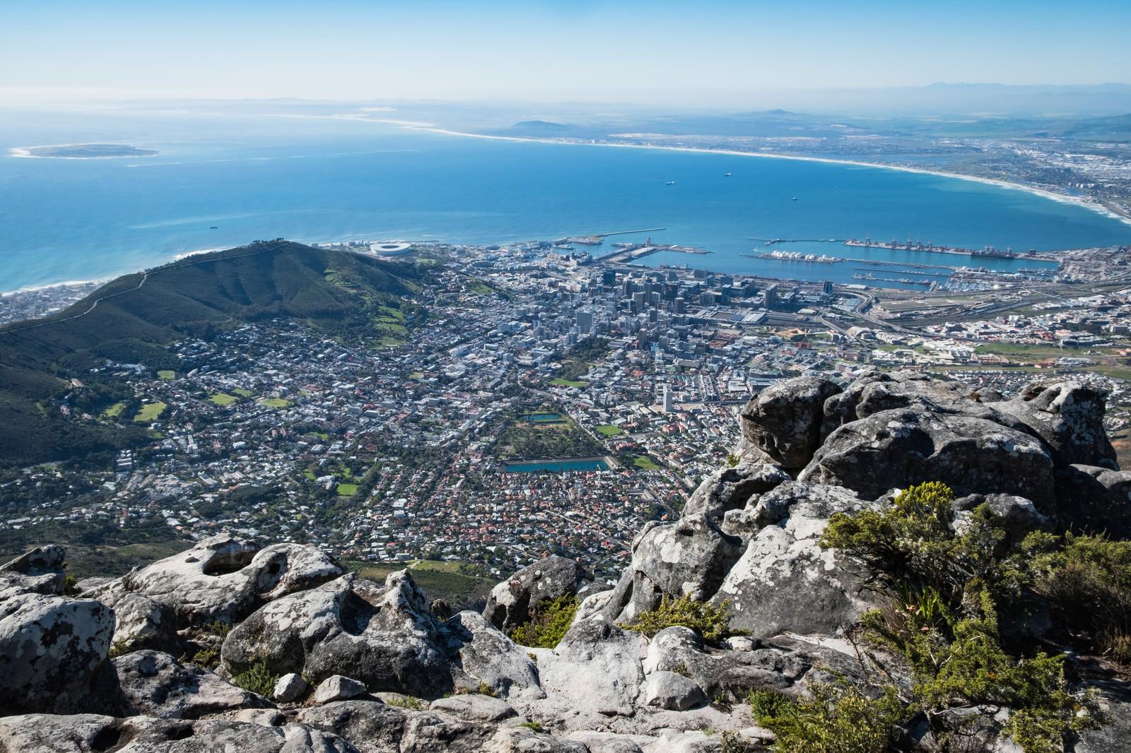 「テーブルマウンテン頂上から眼下に望むケープタウンの大パノラマ(南アフリカ)」の写真