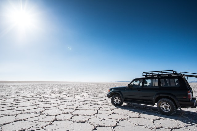 乾季のウユニ塩湖と4WDの写真