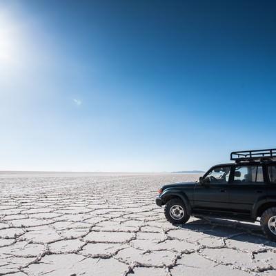 「乾季のウユニ塩湖と4WD」の写真素材