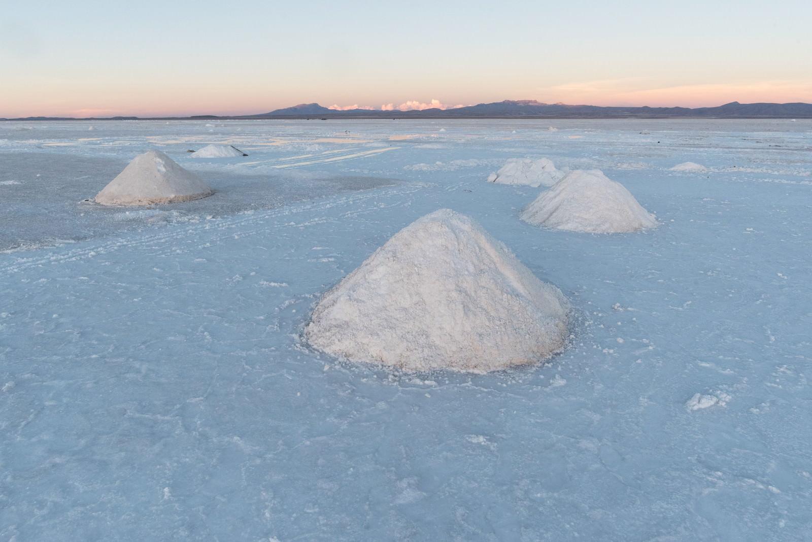 「ウユニ塩湖の塩の採掘」の写真