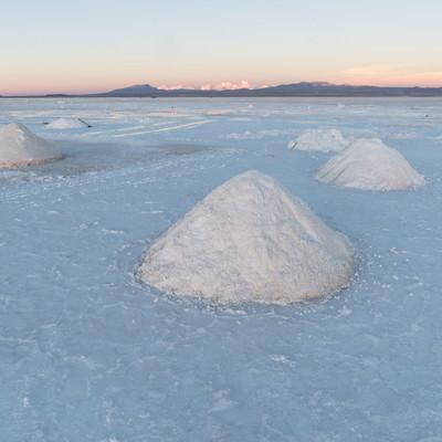 ウユニ塩湖の塩の採掘の写真