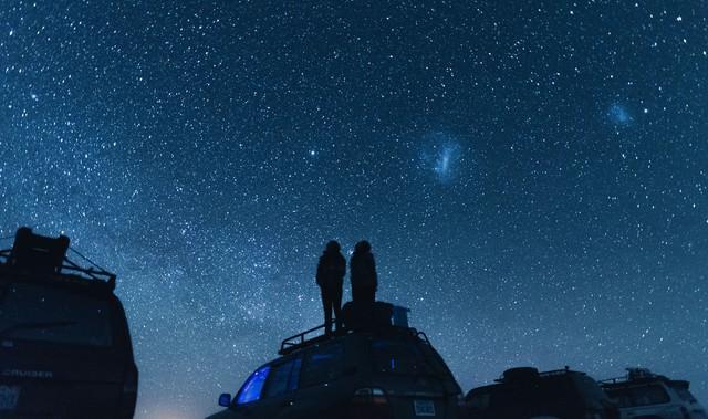 車の上から星空を眺めるの写真