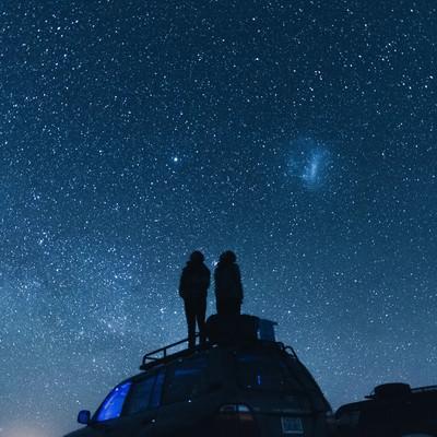 「車の上から星空を眺める」の写真素材