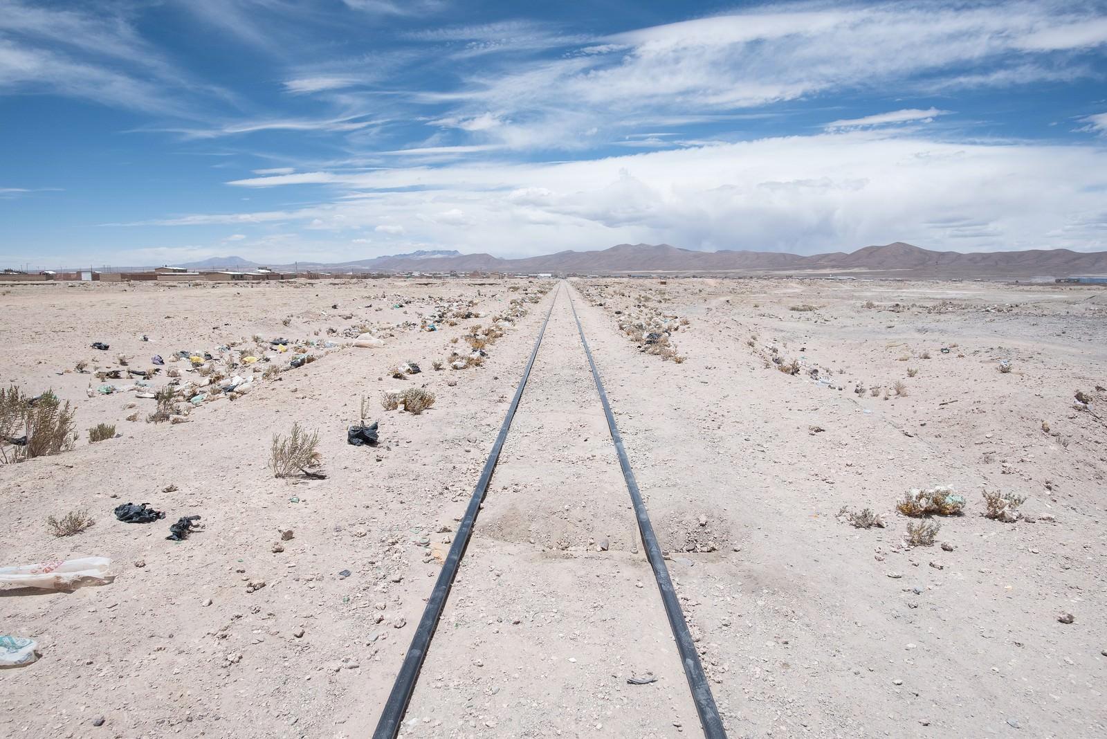 「列車の墓場の線路両脇にポイ捨てされたゴミ」の写真