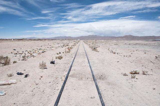 列車の墓場の線路両脇にポイ捨てされたゴミの写真
