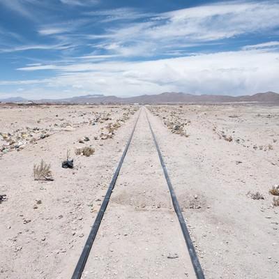 「列車の墓場の線路両脇にポイ捨てされたゴミ」の写真素材