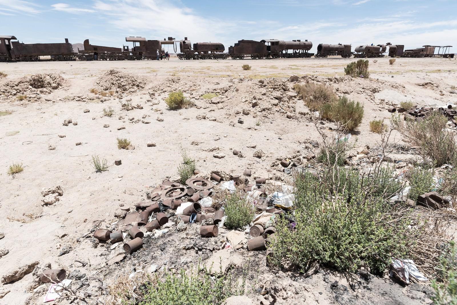 「ウユニ市の列車の墓場に落ちているごみ」の写真