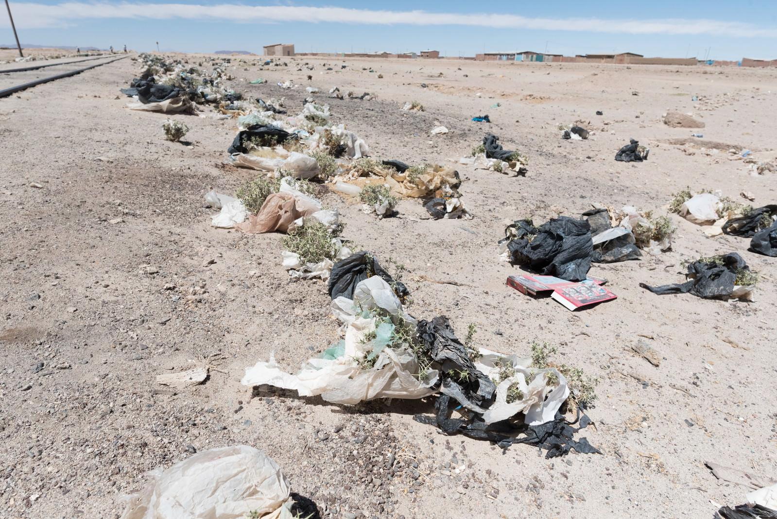 「ウユニ市「列車の墓場」で観光客が捨てたゴミの山」の写真