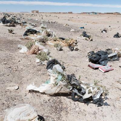 「ウユニ市「列車の墓場」で観光客が捨てたゴミの山」の写真素材