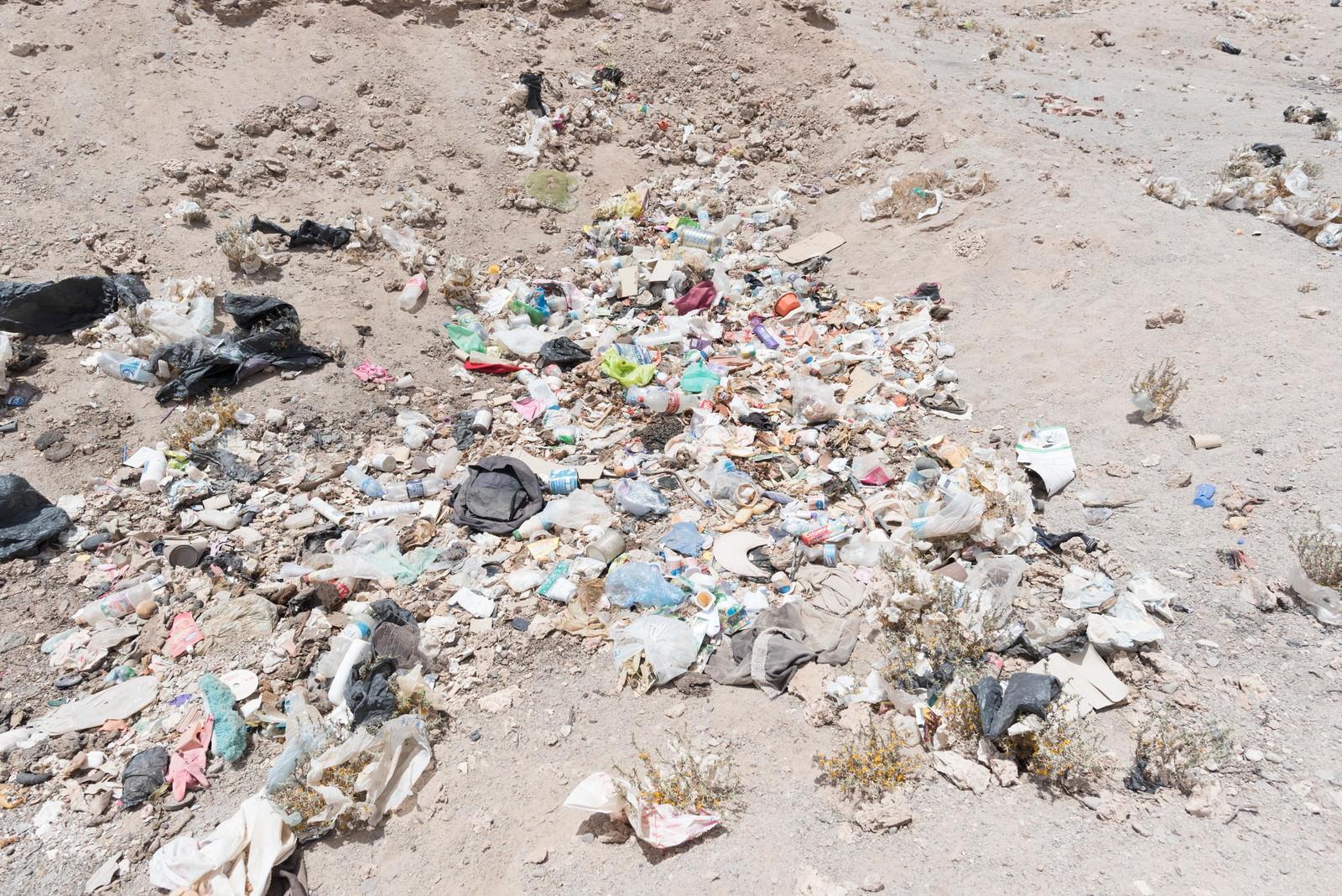 「海外の観光地でポイ捨てされたゴミ」の写真