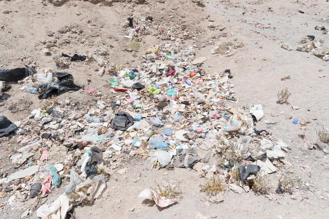 海外の観光地でポイ捨てされたゴミの写真