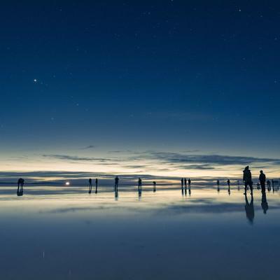 「観光客で溢れるウユニ塩湖」の写真素材