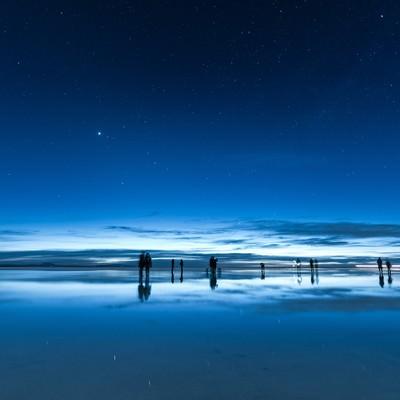 「日が暮れたウユニ塩湖」の写真素材