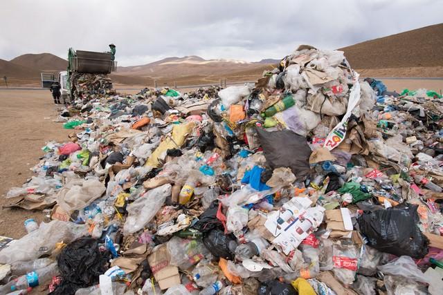 ゴミ収集車と大量の廃棄物(ウユニ市)の写真