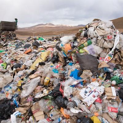 「ゴミ収集車と大量の廃棄物(ウユニ市)」の写真素材
